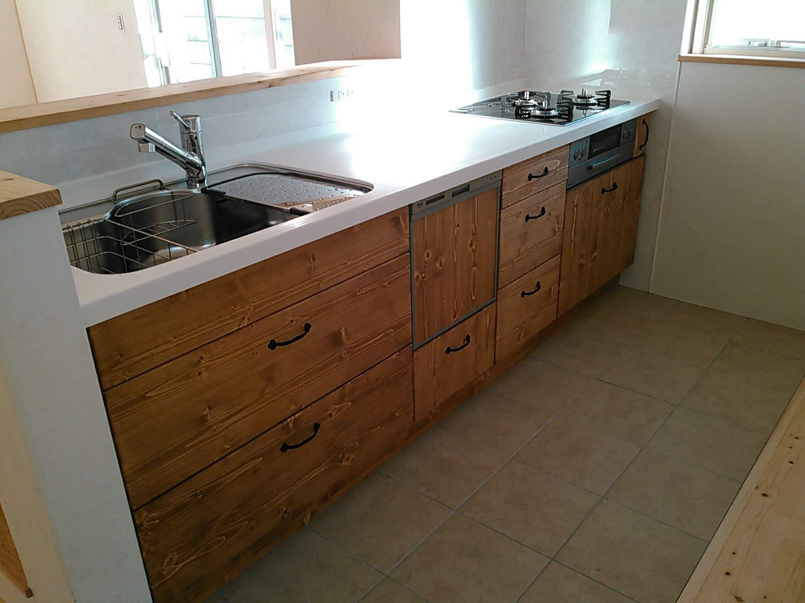床をタイル仕上げにしたキッチン