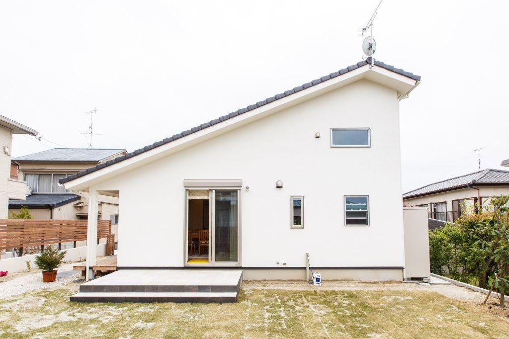 大屋根塗り壁の家