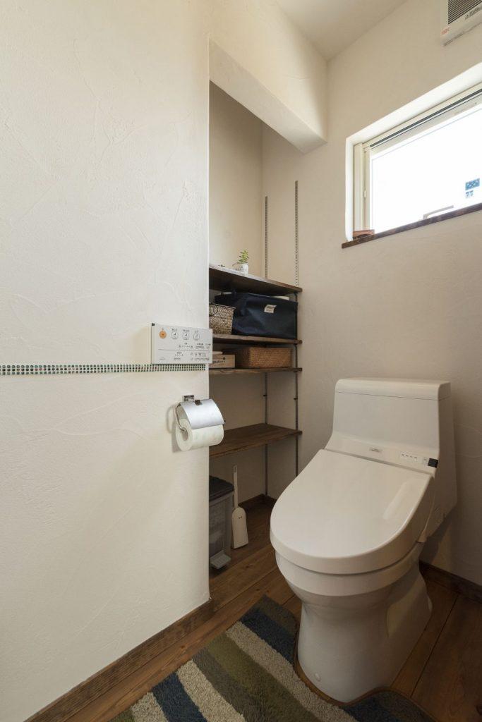 座ったままで手が届くトイレ内収納