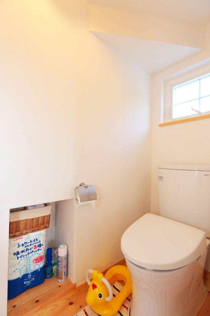 階段下を利用したトイレ内収納