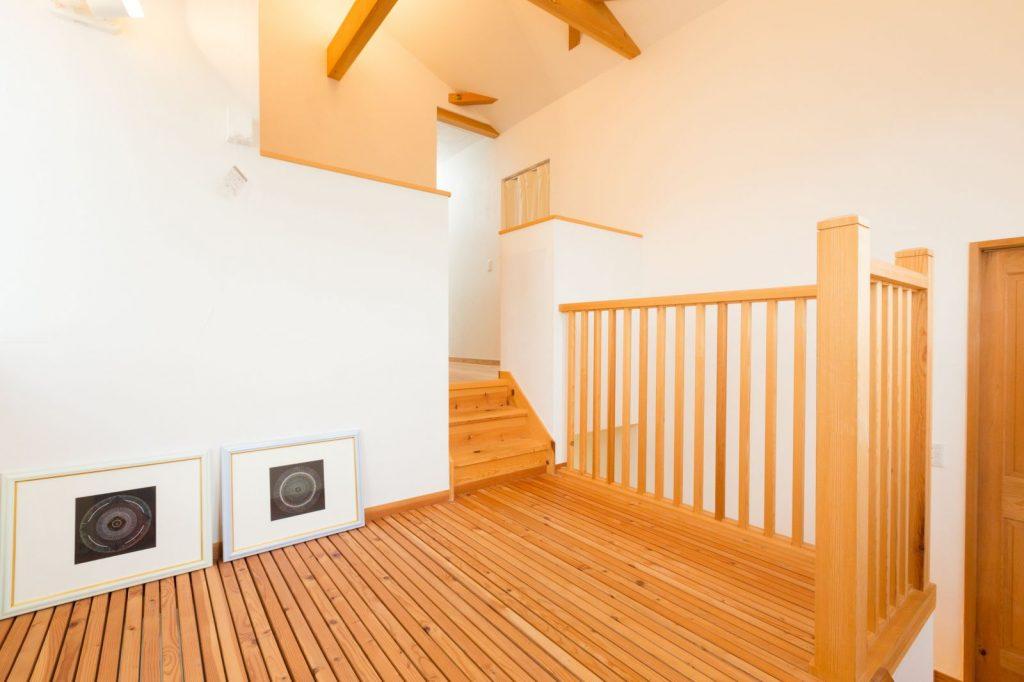 階段の踊り場のスリット入りの床