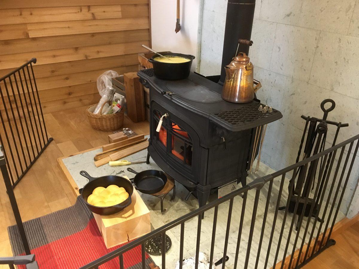 薪ストーブで加熱中の料理