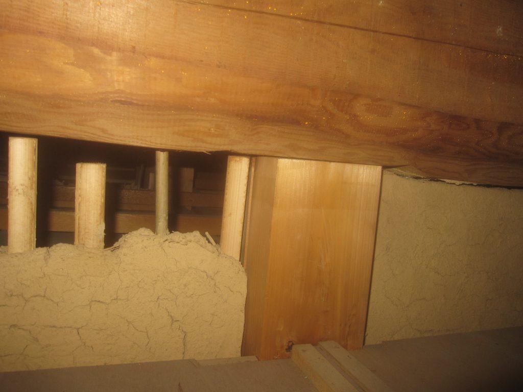 天井裏から見た土壁