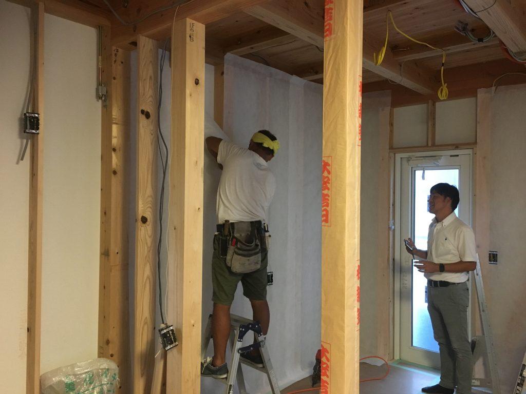 新築住宅工事で断熱材吹込み用の専用シート施行中