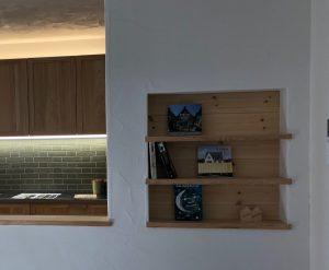 キッチン前ニッチの背面は羽目板