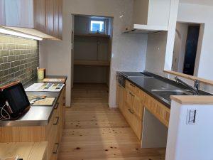 ヒノキの床に合わせた木扉のキッチン