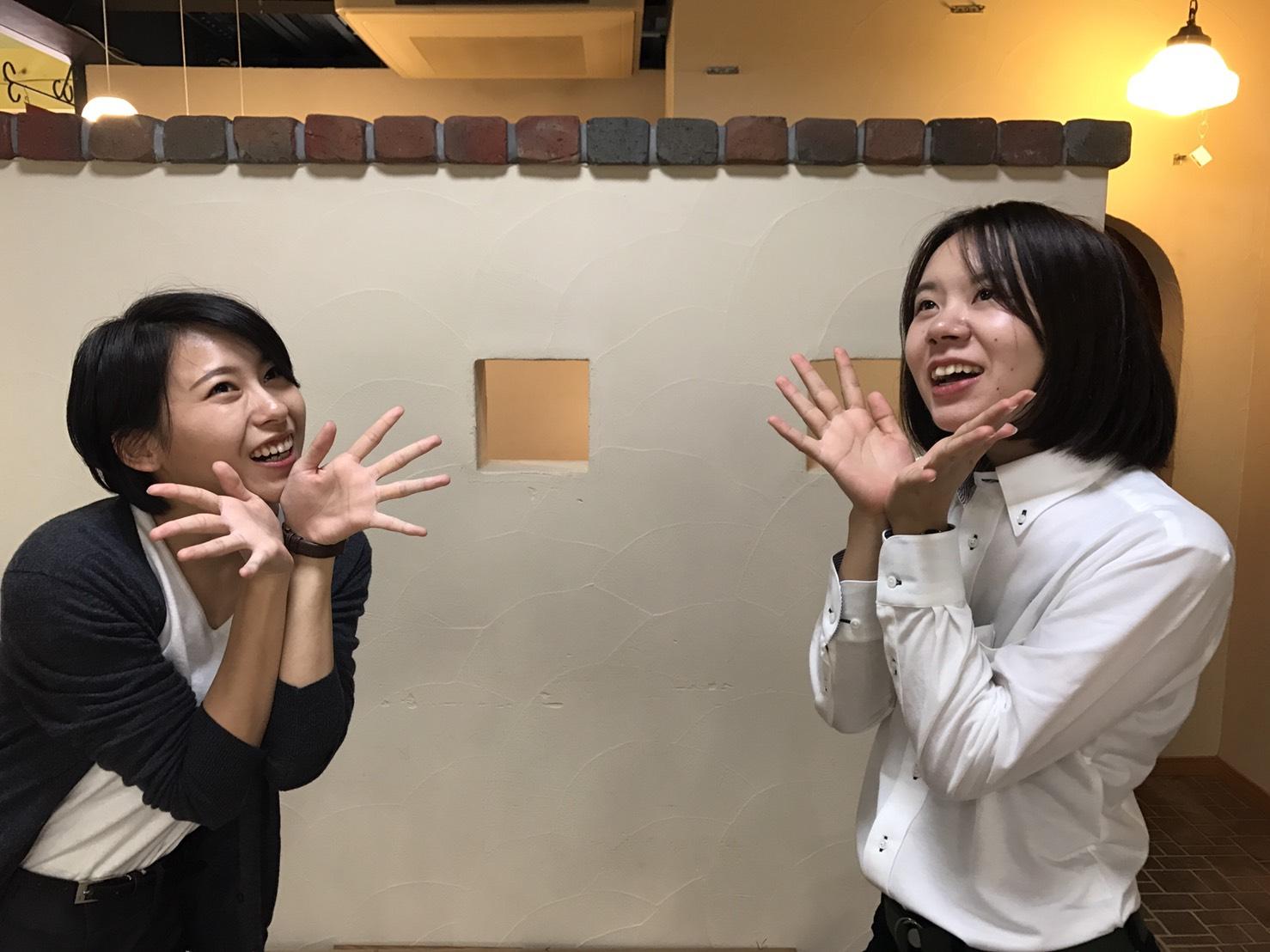 新入社員の増田と足立と漆喰の壁