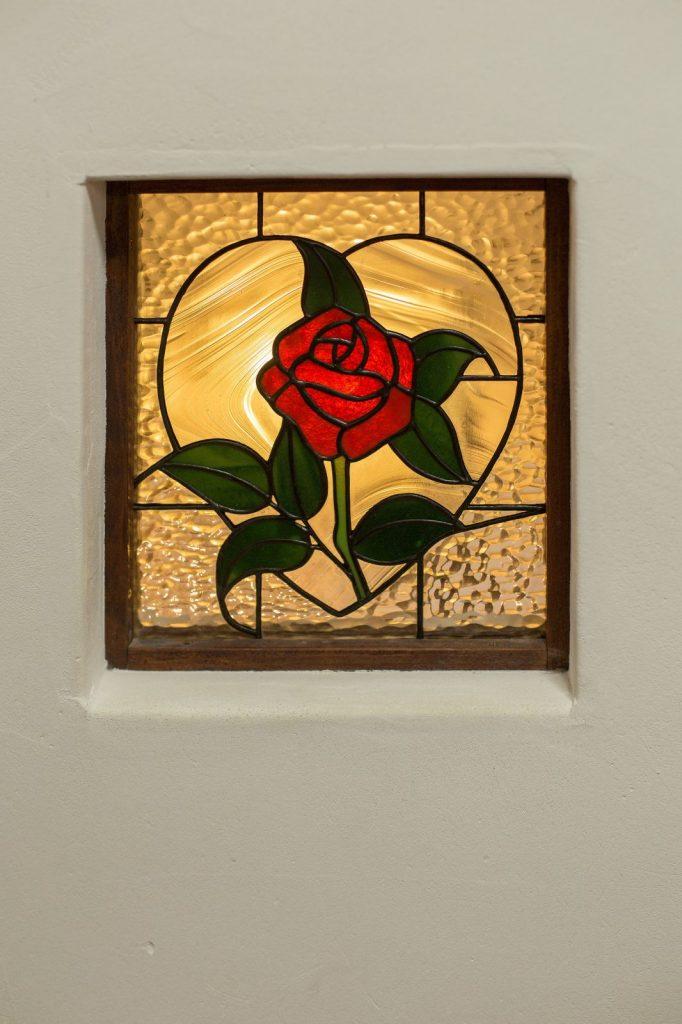 塗り壁と相性の良いステンドグラス