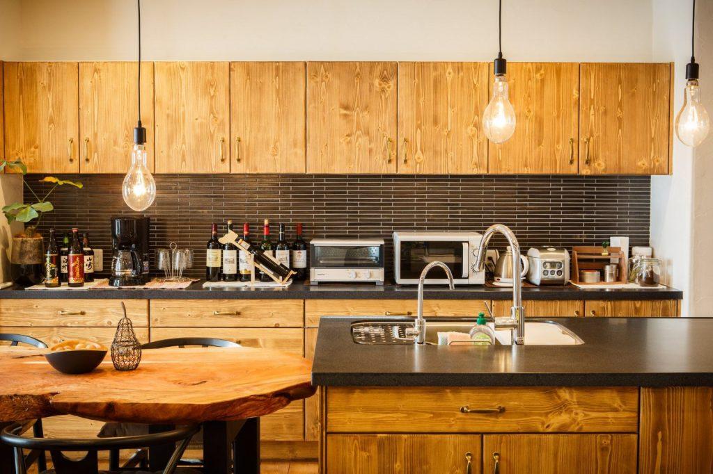 キッチン背面の個性的なタイル