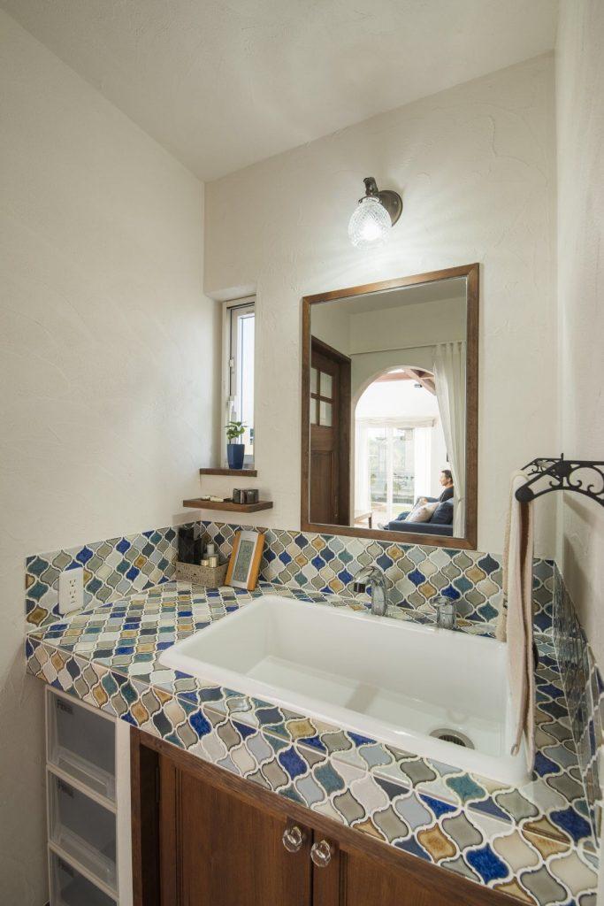 独創的なタイルの造作洗面台