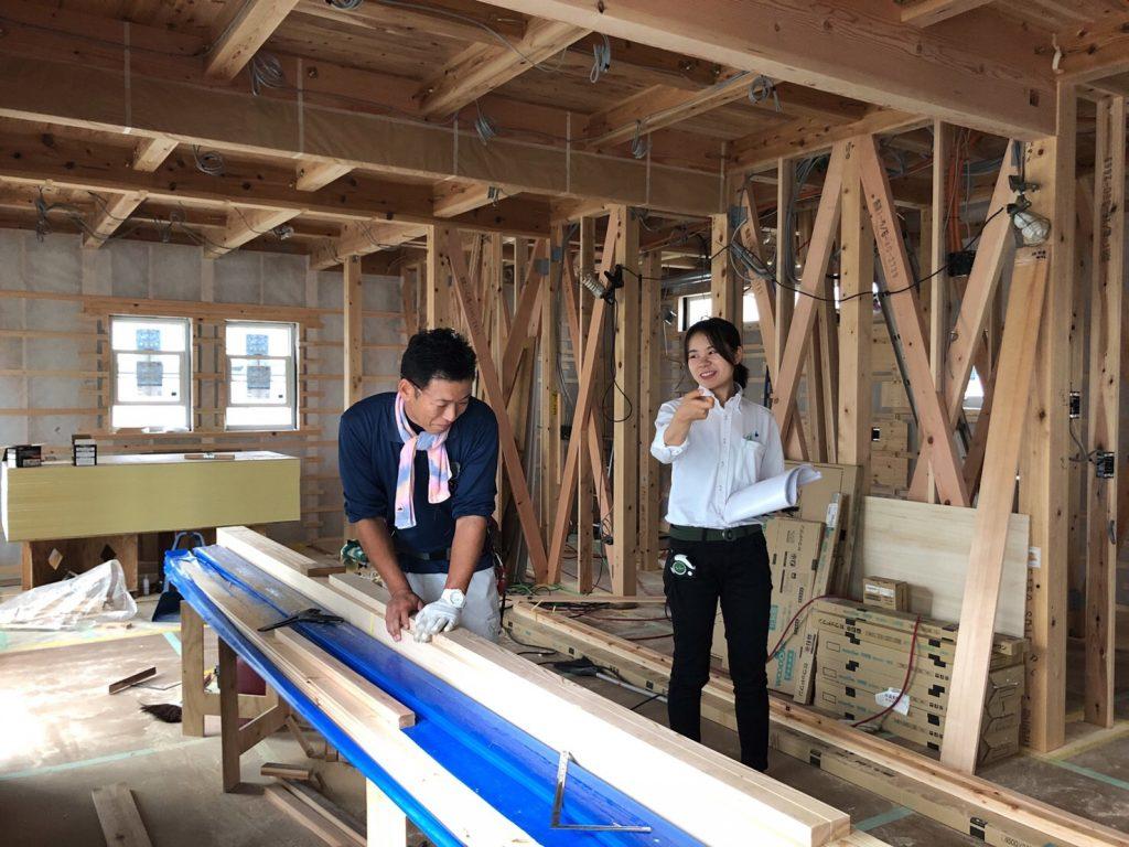 住宅新築工事の女性現場監督