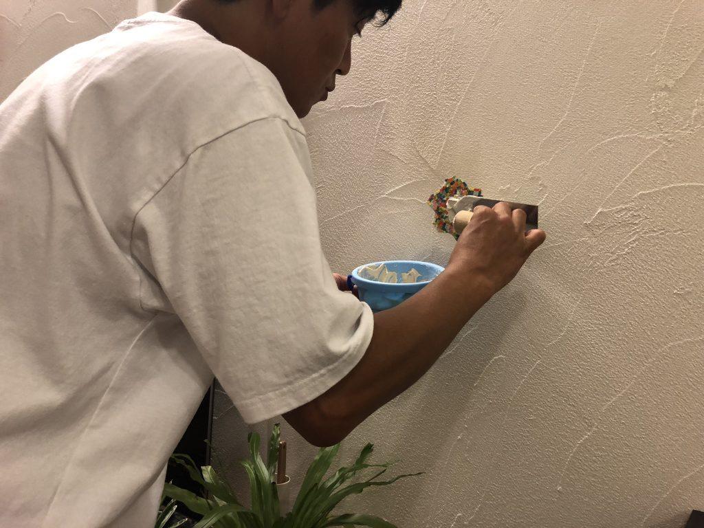 漆喰壁の補修中