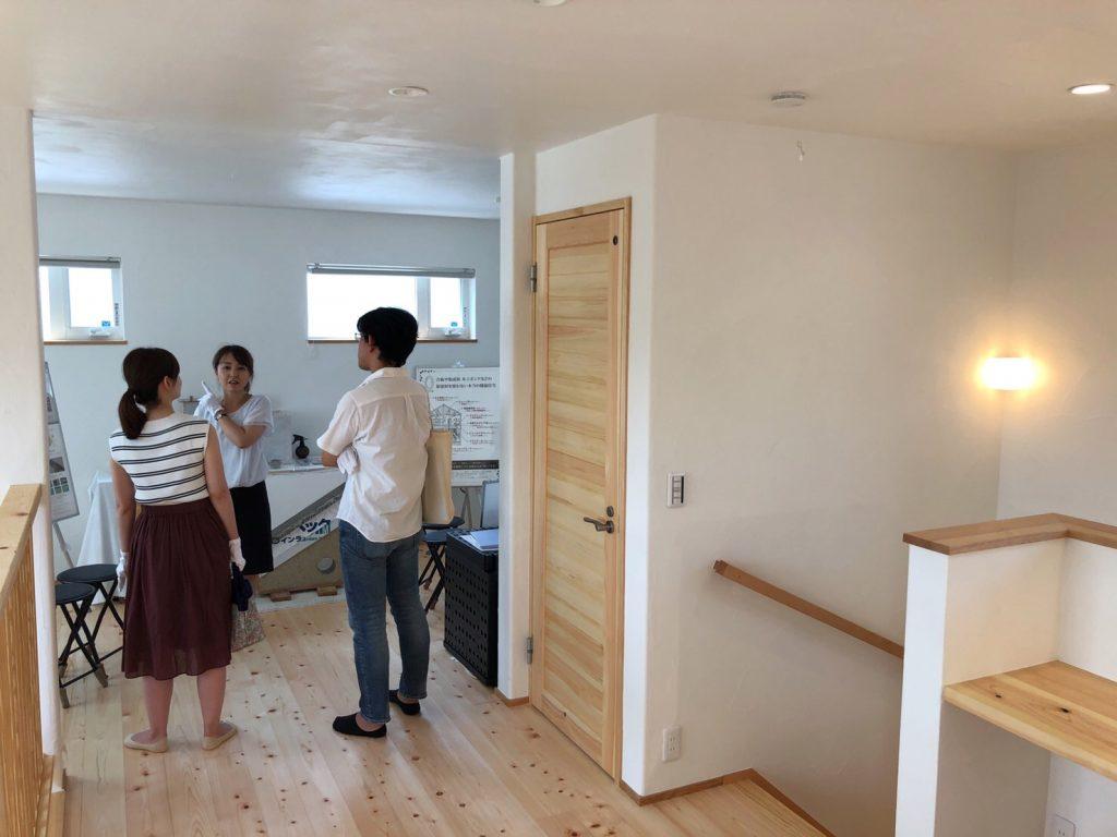 女性担当者による住宅新築の打合せ