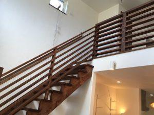 和風カフェの家 ストリップ階段、手摺、吹抜け