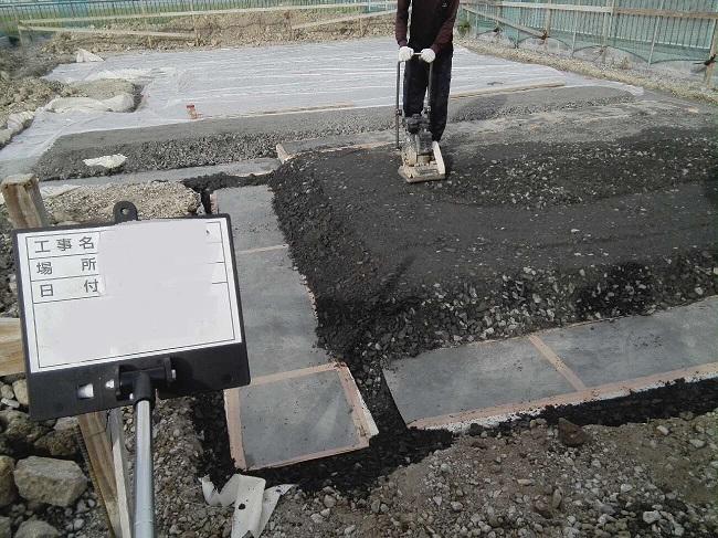 SG材を並べ、土木シートで包み、周りを砕石で埋め戻す