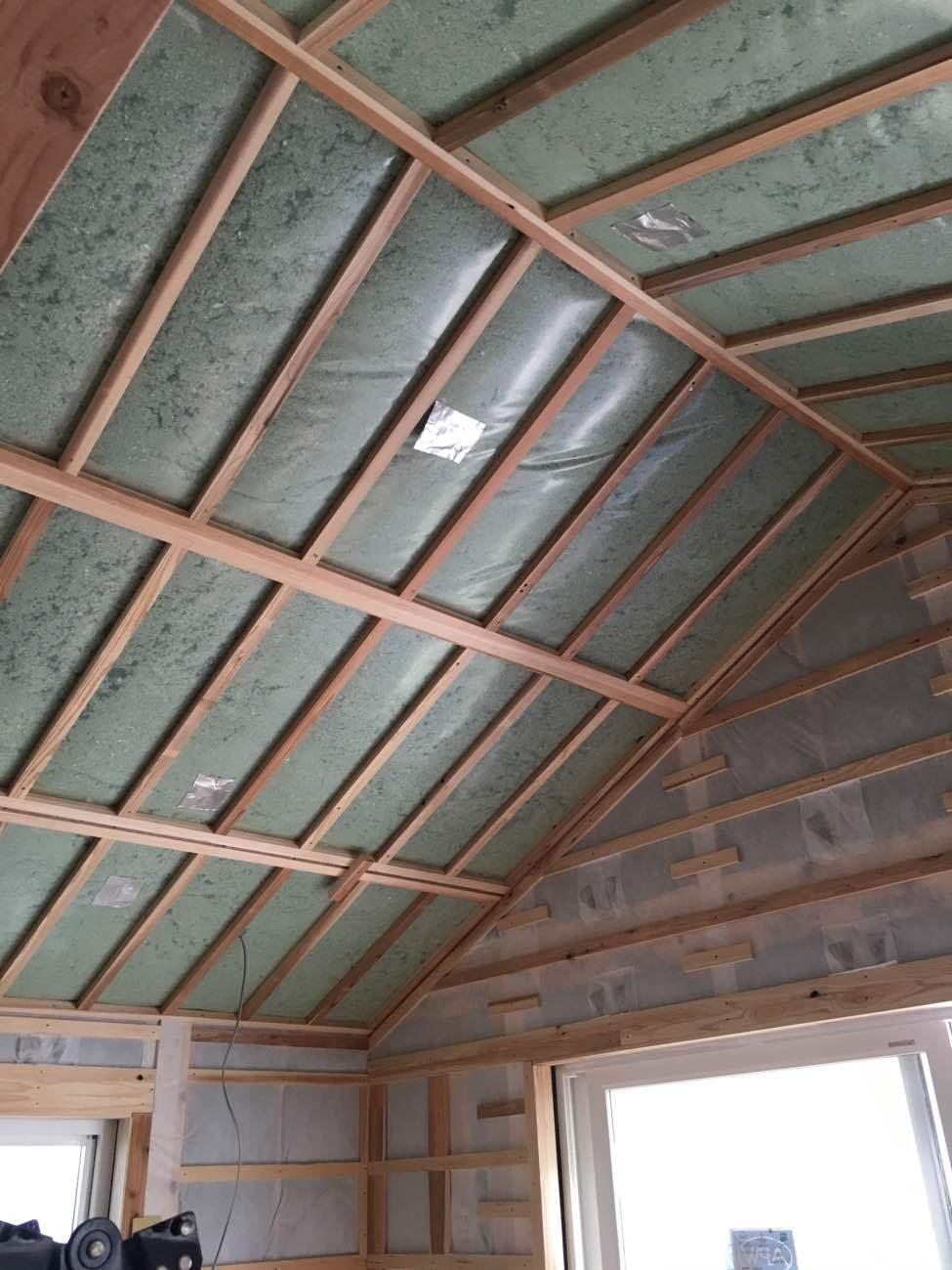 屋根勾配に沿ってセルロースファイバーを施工