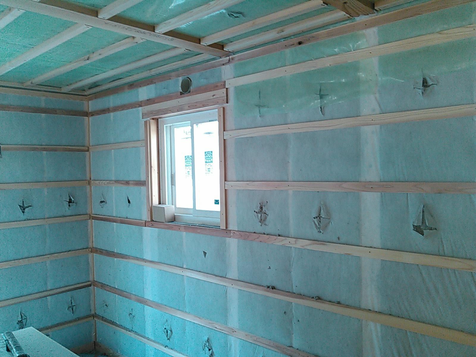 天井と外壁に充填したセルロースファイバー