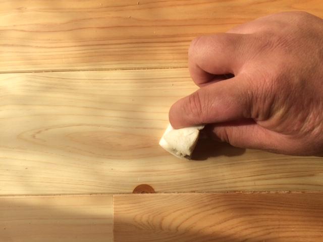 無垢床材のシミをメラミンスポンジで擦ってみる