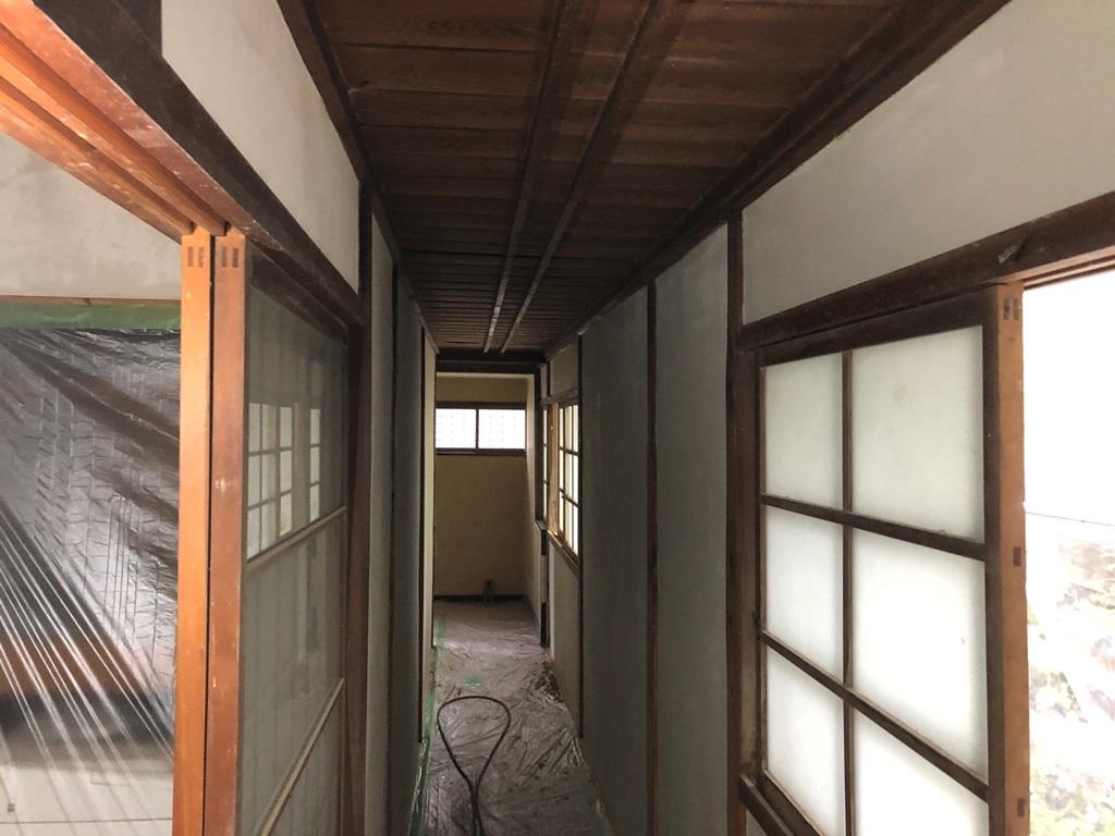 再生工事中の古民家の廊下