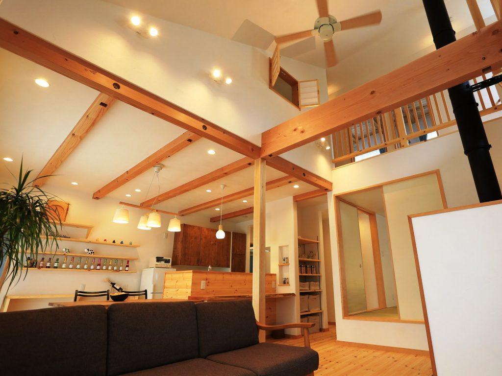 ほぼ平屋建住宅の勾配天井の室内