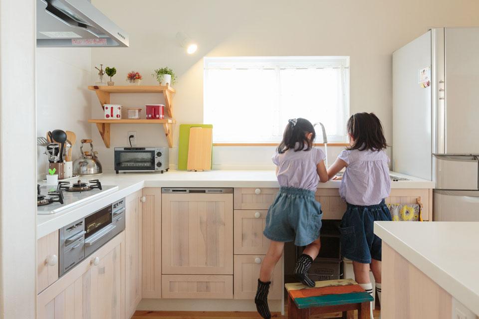 子どもたちも使いやすいL字型キッチン