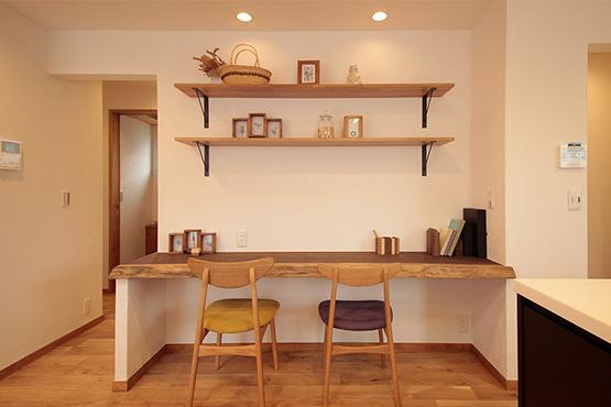木のぬくもりを感じるカフェ風キッチン