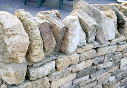 骨材にライムストーンを使用した、柔軟性と調湿性に優れた汚れにくい建築材