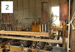 2貯木させ乾燥させた丸太を角材に工場で加工