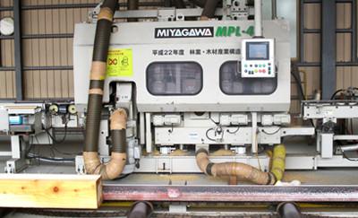 グレーティングマシンで含水率・ヤング係数を測定します