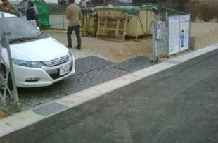 出入り口にはプライターを敷設し、道路を汚さないようにしています。