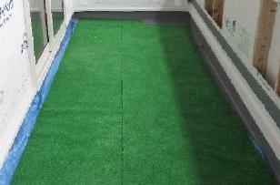 バルコニーには、ブルーシート→人工芝を敷き、汚れない工夫をします。