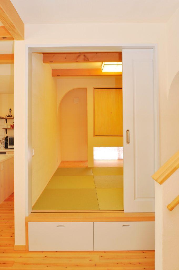 畳の下を収納にし、空間を有効活用。