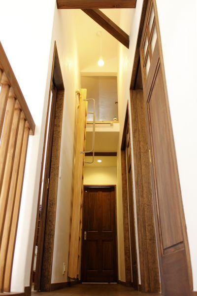 2階の廊下を進むと、その先にはロフトへの階段が