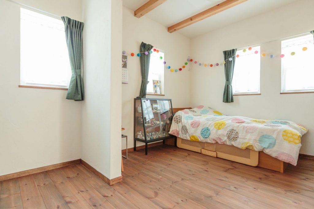 漆喰の塗り壁と無垢のフローリングで囲まれた空間。心地よく眠れそう