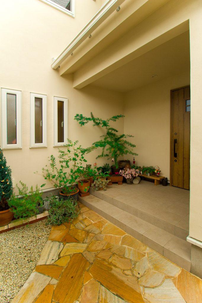 「大好きなグリーンを飾りたい」「雨に濡れたくない」というS様のご要望を叶えた広めの玄関ポーチ