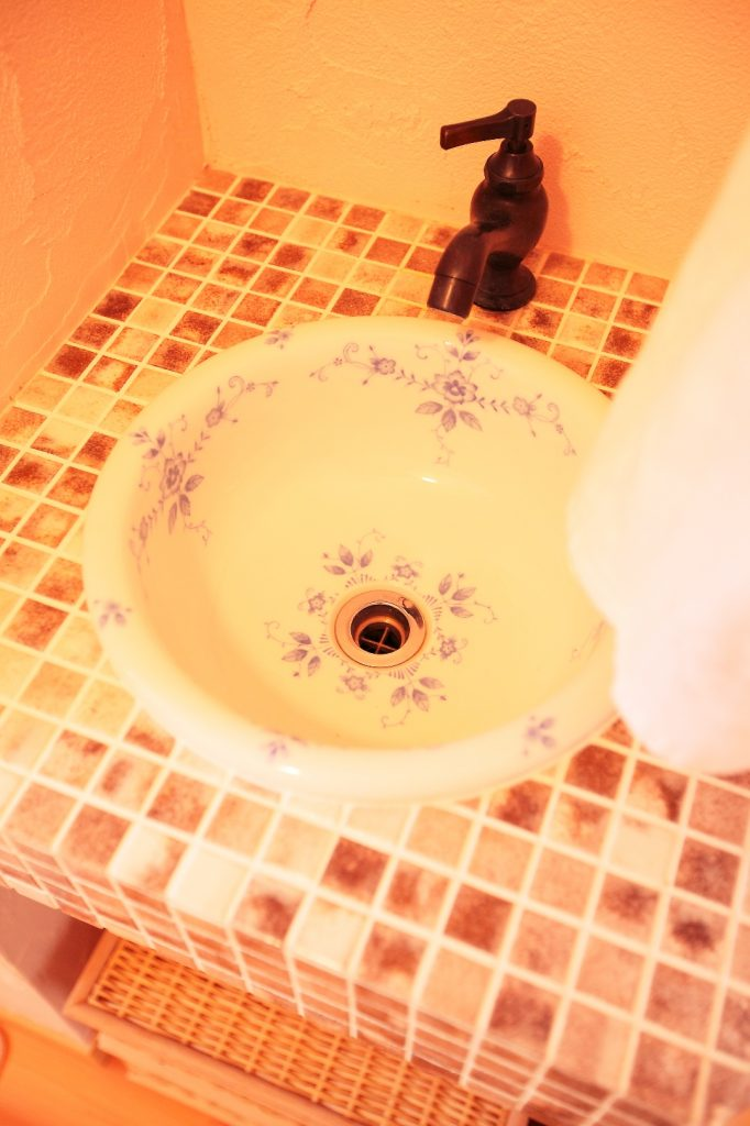 オリジナル洗面ボウルとタイルで、世界でたった一つ「私たちだけ」の洗面スペースが完成しました。