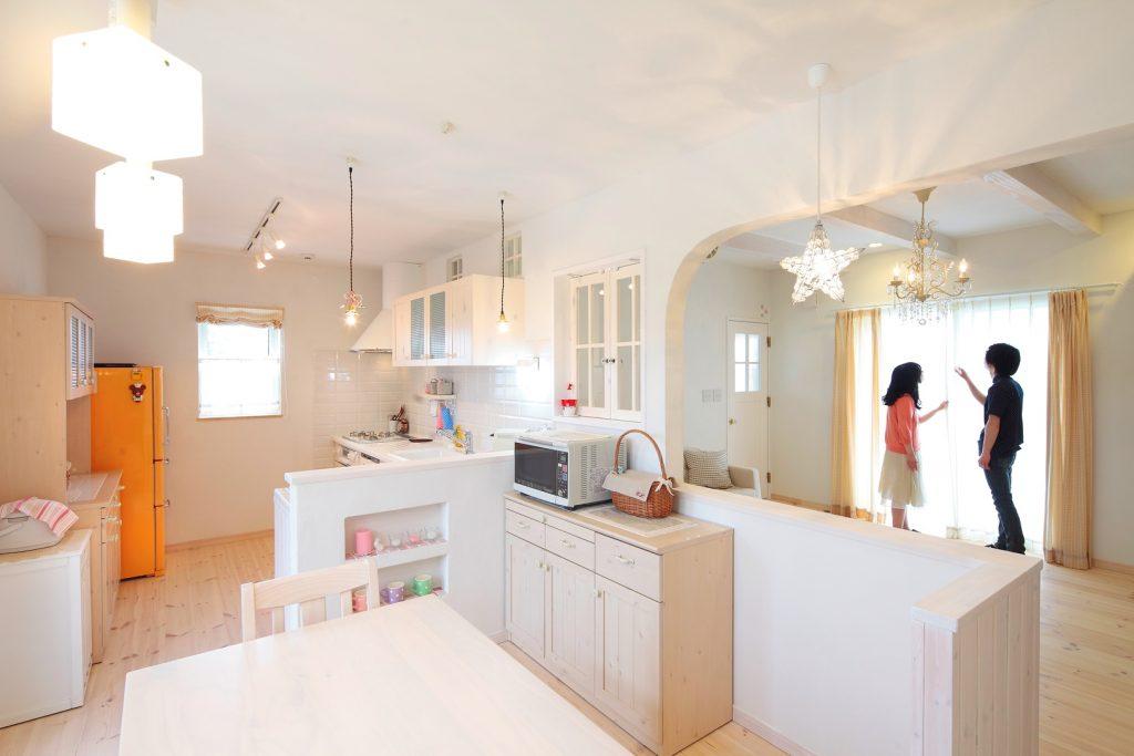 天井、梁、床、壁、そして家具まで白でコーディネート。