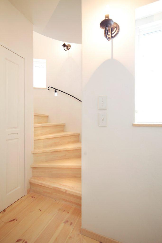 丸い塔の中がこの螺旋階段。