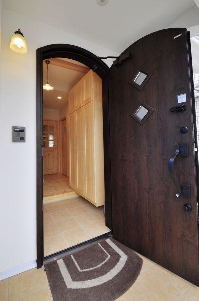 アールの形がかわいらしい玄関ドア