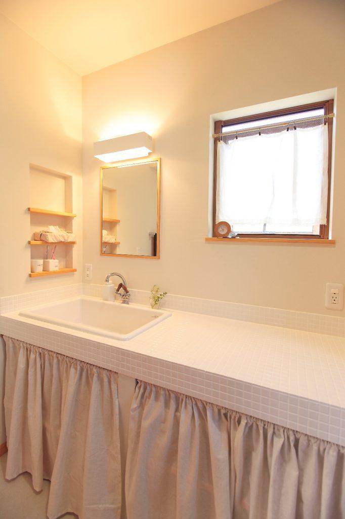 バケツも入る深いシンクは洗濯物の下洗いをするのにも便利。 広い作業台は洗濯物を畳むスペースとして◎