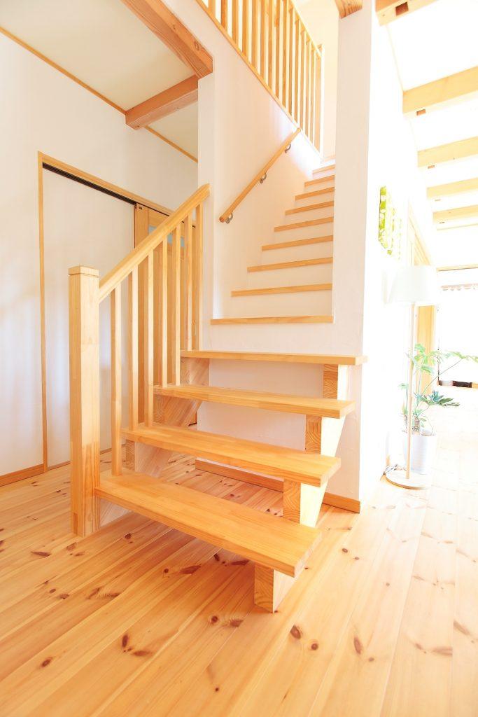 家の中心に設けた階段は光が差し込むように設計