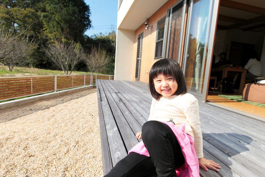 開放的なウッドデッキは、お子様の絶好の遊び場