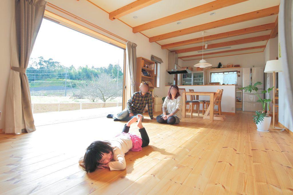 フルオープンの掃き出し窓を開ければ、大きなウッドデッキとひと繋がりの大空間になるLDK