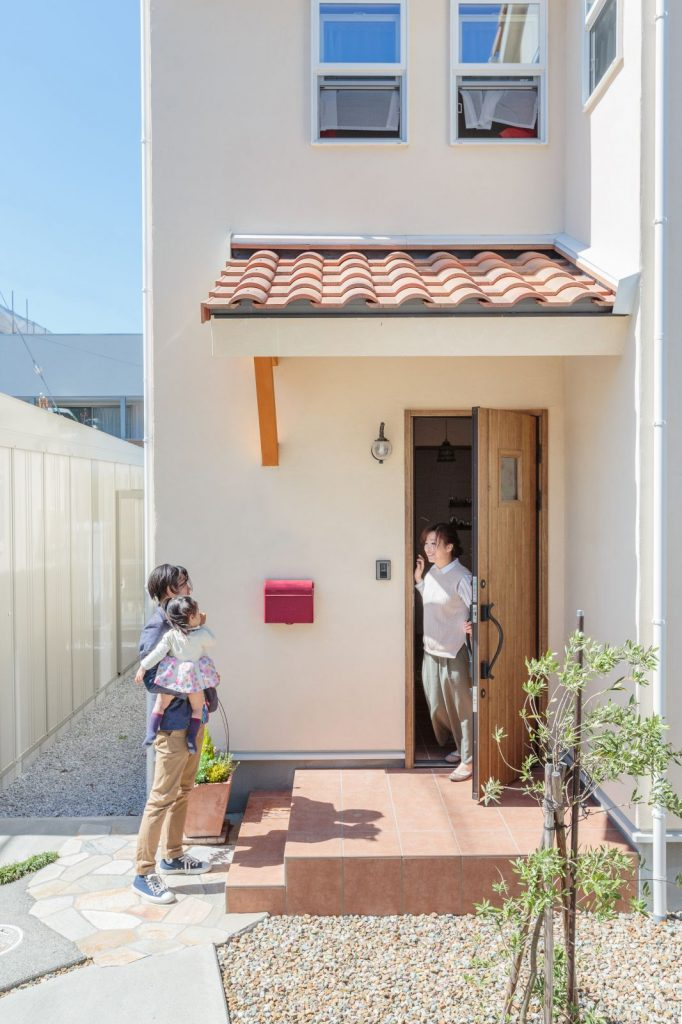 扉とタイルがマッチしている玄関・アプローチ部分。赤いポストも全体のアクセントに。
