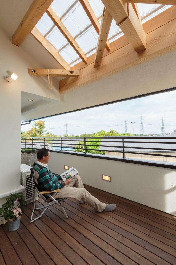バルコニーの屋根は、光は通しつつ雨は凌げるガラス瓦を使用