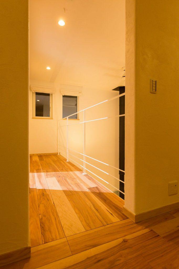 部屋全体のイメージに合わせて白をチョイスした吹抜けのアイアン手すり。