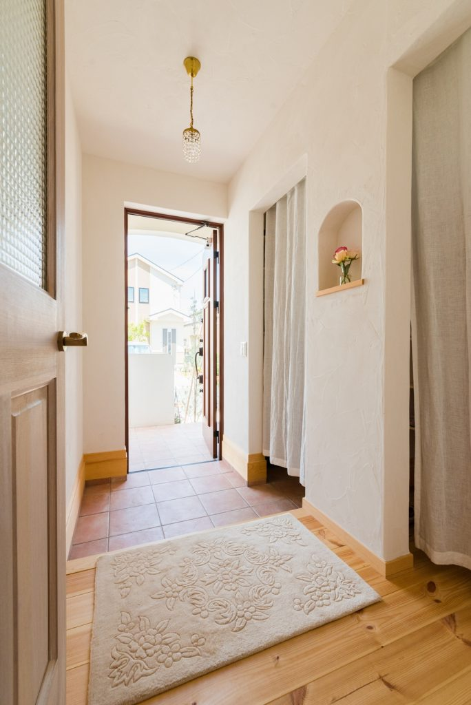白を基調とした可愛らしい玄関