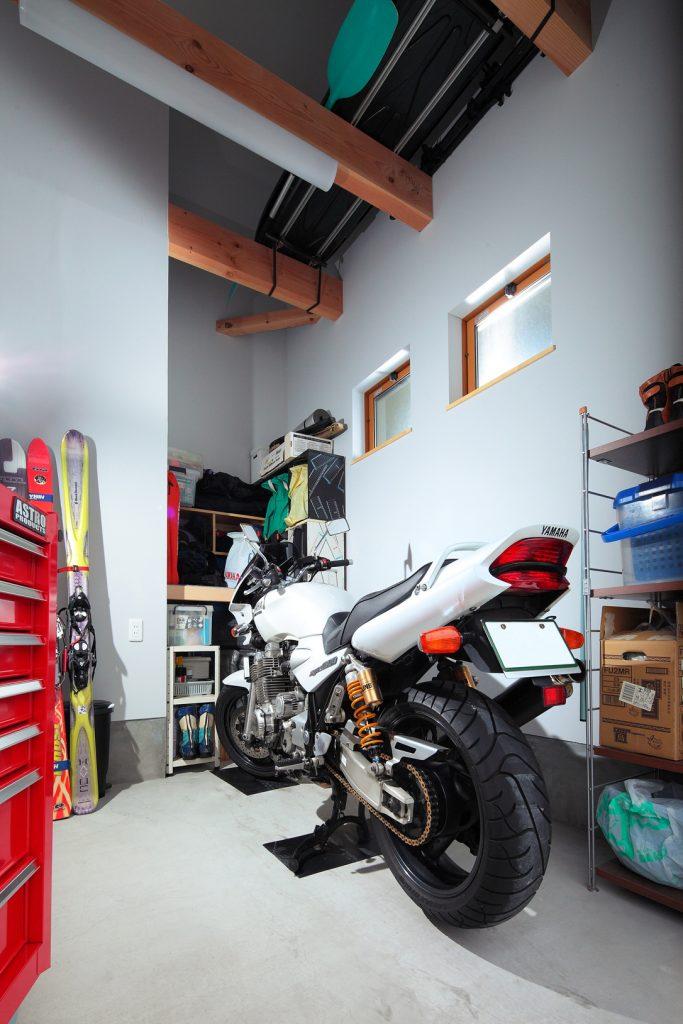 時間が経つのも忘れさせるインナーガレージはアクティブな趣味を楽しむための夢の空間。