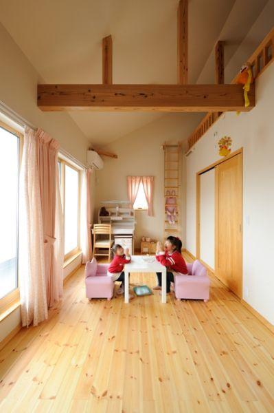 子ども部屋は勾配天井で開放的な空間に。将来的に間仕切って2部屋とすることも可能。