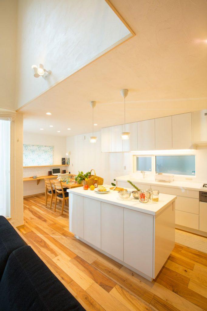 空間をすっきり広々と見せるため、調理台やシンクは壁面に配置し、アイランドキッチンは作業台として利用。